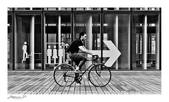 Suivre la flèche... (stephane_p) Tags: paris pentax biancoenero blackwhite bw darktable monochrome monotone nb noirblanc noiretblanc photoderue street streetphotography urban blackandwhite pentaxart