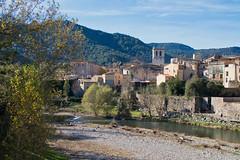 Besalú (Girona) (Artal B.) Tags: besalú girona catalunya pueblo edificio río agua riufluvià árbol casa cielo