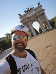 Arco della Pace Selfie (Toni Kaarttinen) Tags: italy italia italie italien italio lombardia milan milano arcodellapace arch man guy beard scruff smile