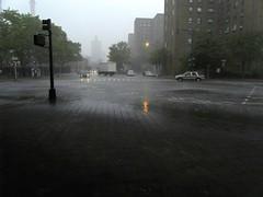 La cité sans voiles (Robert Saucier) Tags: newyork newyorkcity manhattan rue street rain pluie raindrops pavement autos cars camion truck poteau building architecture reflet reflection sdc10962 samsungdigitalcamera nakedcity lacitésansvoiles julesdassin