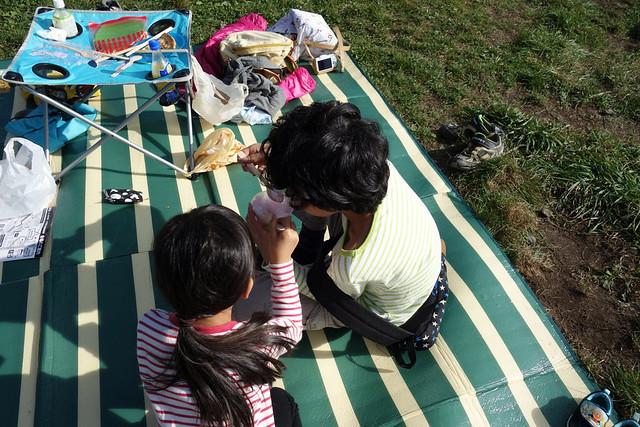男性サラリーマンが育児休暇を取って子供達と交流
