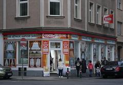 At a Street Corner in Favoriten (Wolfgang Bazer) Tags: street corner strasenecke favoriten wien vienna österreich austria people leute