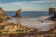 Playa de Buelna. (Amparo Hervella) Tags: playadebuelna asturias españa spain paisaje naturaleza cielo nube playa mar agua roca alga largaexposición d7000 nikon nikond7000