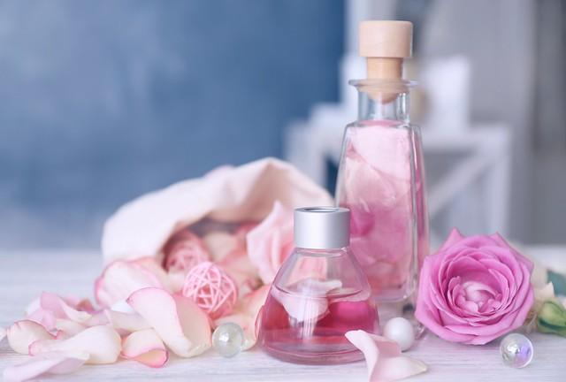 Обои духи, лепестки, rose, pink, petals, розовые розы, spa, oil картинки на рабочий стол, раздел цветы - скачать