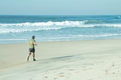 Footing sur la plage (Gisou68Fr) Tags: personne homme man person footing jogging mer sea plage beach sable sand bleu blue ciel sky icm flouintentionnel