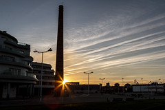 Atadecer (David A.L.) Tags: asturias asturies gijón atardecer playadeponiente sol solponiente puestadesol edificio edificios chimenea