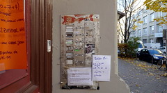 20181116 Berlin Kreuzberg Klingeltableau (2) (j.ardin) Tags: deutschland germany allemagne alemania berlin kreuzberg tür türen eingang door porte puerta drzwi klingeltableau haustürklingel wohngemeinschaft paketpost nachricht
