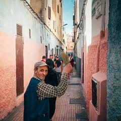 Cheer Up (Tom Levold (www.levold.de/photosphere)) Tags: fuji marokko xpro2 street casablanca people candid