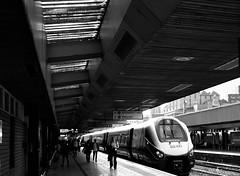 Caerlŷr, platfform 3 / Leicester, platform 3 (Rhisiart Hincks) Tags: blancinegre duagwyn gwennhadu dubhagusgeal dubhagusbán blackandwhite bw zuribeltz blancetnoir blackwhite monochrome unlliw blancoynegro zwartwit sortoghvid μαύροκαιάσπρο feketeésfehér juodairbalta caerlŷr leicester gorsaf stáisiún geltoki tihenthouarn tigar gare estacion station stèisean porzhhouarn rheilffordd henthouarn hynshorn trenbide iarnród burdinbide chemindefer railway rathadiarainn eisenbahn ferrocarril ferrovia geležinkelis 铁路 鉄道 caleferată lloegr england sasana brosaoz ingalaterra angleterre inghilterra anglaterra 英国 angletèrra sasainn انجلتــرا anglie ngilandi ue eu ewrop europe