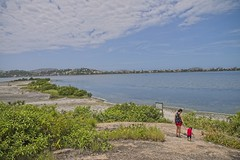 Diego e Joana na trilha (mcvmjr1971) Tags: ilha do pontal piratininga lagoa nikon mmoraes d800e lens sigma 2435 art