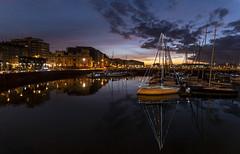 Últimas luces del día... primeras de la navidad. (David A.L.) Tags: asturias asturies gijón puertodeportivo puestadesol atardecer cielo barco barcos puerto agua luces