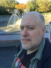 Day 2476: Day 286: @ the Fountain (knoopie) Tags: 2018 october iphone picturemail doug knoop knoopie me selfportrait 365days 365daysyear7 year7 365more day2476 day286 internationalfountain seattlecenter