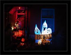 Mort de rire. (francis_bellin) Tags: 2018 rouge octobre streetphoto bonbons street décoration montréal déguisement red couleur citrouille rire rue déco fantômes photoderue halloween nuit