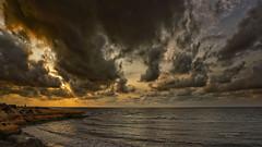 Dorando el cielo (Fotgrafo-robby25) Tags: alicante amanecer costablanca gente marmediterráneo nubes rocas sonyilce7rm3