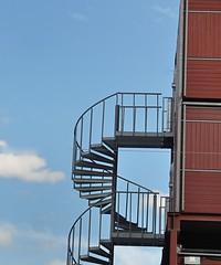 STRUTTURA AEREA (ADRIANO ART FOR PASSION) Tags: scala scalaachiocciola struttura metallo muro scalaesterna norvegia oslo nikon nikond90 60mm nikkor18200 architettura edificio linee