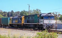 NR85 and AN9 approach the Seaby St level crossing on PM4 (bukk05) Tags: container nationalrail nr northerngrampiansshire mainline vline victoria vr victorianrailways victorianrailway clydeengineering clyde southernspirit greatsouthernrail 2019 canon60d canon artc australia stawell standardgauge summer sg station diesel freight flickr ge horsepower hp loco locomotive pm4 pn pacificnational photography photo trains tracks train tamron16300 tamron rp3 railroad railpage rail railwaystation railwaystations railway electromotivediesel emd engine export explore wimmera westernstandardgaugeline anclass nrclass an9 nr85