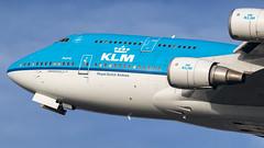 KLM 747-400 rocketing out of Amsterdam for LAX (Nicky Boogaard) Tags: klm royaldutchairlines koninklijkeluchtvaartmaatschappij 747400 747 queenoftheskies boeing747 boeing jumbojet amsterdam schiphol airport amsterdamschipholairport kaagbaan 0624 phbfu winterlight