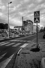 Alès Pres st jean-8718 (YadelAir) Tags: alès immeuble destruction pelleteuse débris démolition rue noiretblanc habitat hlm