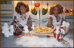 Anne-Moni und Tivi ... grüßen aus der Weihnachtsbackstube ... (Kindergartenkinder 2018) Tags: advent backen kindergartenkinder annemoni tivi
