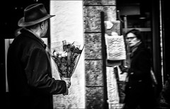Espoir déçu / Dashed hope (vedebe) Tags: ville city rue street urbain urban noiretblanc netb nb bw monochrome homme femme fleurs