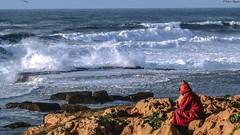 Meditazione dinnanzi all' Oceano Atlantico (BORGHY52) Tags: marocco oceano oceanoatlantico onde orizzonte meditazione djelaba djelabarossa scoglio casablanca waterscape landscape beautifullandscapes