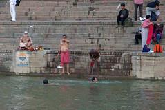 2018-10-23 0211 Indien, Varanasi, Sonnanaufgang am Ganges, Badende (Joachim_Hofmann) Tags: indien varanasi ganges ghat badende heiligewaschung körperpflege
