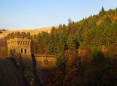 Derwent dam wall autumn. (S.K.1963) Tags: derwent dam derbyshire peak district autumn sunshine olympus omd em1 mkii 40150mm 28 walk england