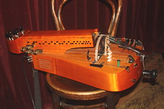 Fiddles, Violas, etc. [Necked Box Lutes played with a Bow or Beaters] 86: Hurdy Gurdy (of Johannes Geworkian Hellman) (KM's Live Music shots) Tags: musicalinstrument hornbostelsachs chordophone hurdygurdy johannesgeworkianhellman symbio greennote