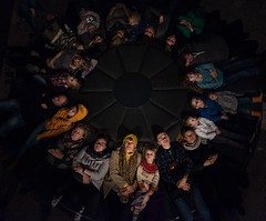 Spectacle (Tom Levold (www.levold.de/photosphere)) Tags: fuji xpro2 xf35mm circle kreis people candid menschen audience publikum