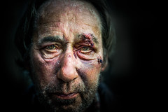 Bloody signs of violence (Black&Light Streetphotographie) Tags: color violence gesicht fullframe face vollformat city closeup nahaufnahme sony streetshots streets streetshooting streetportrait street streetphotographie sonya7rii tiefenschärfe dof depthoffield