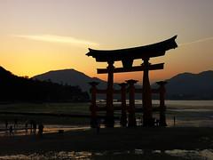Miyajima de no nichibotsu (bruno carreras) Tags: japon japan nippon isla island miyajima isukushima pagoda templo temple torii senjokaku hatsukaichi miyajimacho ciervo deer shika sol sun sunsen aterdecer puerto budismo budist