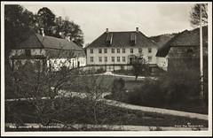 Postkort fra Agder (Avtrykket) Tags: bolighus gårdsplass hus postkort uthus vei tvedestrand austagder norway nor