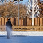 Ein Mann bereitet die Schlittschuhlaufbahn vor thumbnail