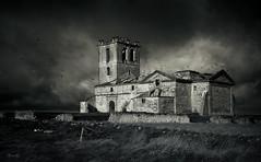 De ruinas...en blanco y negro... (Garciamartín) Tags: rustico rural byn bw paisaje iglesia ruinas nubes villavellid valladolid castillaleón españa europa nino garciamartín arquitectura arte abandono