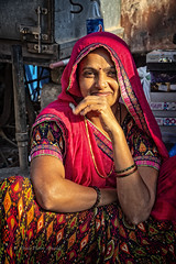 DIU : PORTRAIT DE FEMME DANS UN MARCHÉ (pierre.arnoldi) Tags: diu damanetdiu inde gujarat photoderue photodevoyage portraitdefemme portraitsderue photographesurinstagram photographesurtumblr photographesurflickr on1photoraw2019 canon6dmarkii