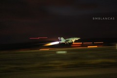 Ala 12, no le busques tres pies... (Ejército del Aire Ministerio de Defensa España) Tags: ala12 baseaérea torrejón torrejóndeardoz air base f18 hornet mcdonnelldouglas avión aviación militar aviation military jet fighter caza noche night despegue takeoff fuego reactor fire pista españa fuerzaaérea airforce ejercitodelaire spain
