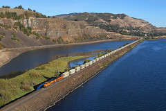 Leaving Lyle (Moffat Road) Tags: bnsf stacktrain garbagetrain lyle washington columbiarivergorge water basaltcliffs columbiariver ge es44c4 7056 locomotive train railroad wa