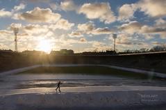 Stadtloipe - einsamer Langläufer (LENS.ART Photographie) Tags: stockholm stadion langläufer winter urban gegenlicht loipe frontlight nikon d7200 schweden sweden sverige stadt wolken ski schnee snö snow clouds town sport sports