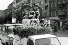 Berlin 750 Jahre Feier Hermannstraße 23.5.1987 (rieblinga) Tags: berlin 750 jahre feier umzug hermannstrasse neuköln 2351987 analog revue ac 3 pan 100 sw strasenfest