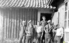 tm_5857 - A.K-arbete 1930-talet (Tidaholms Museum) Tags: svartvit positiv gruppfoto människor byggnadsarbetare stuga exteriör