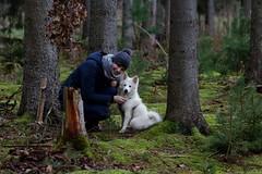 Nicole mit Franz (Klaus R. aus O.) Tags: wald fichte hund spitz franz waldboden mütze grün wandern erholung haustier fell weis mensch tier