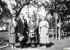 tm_6113 (Tidaholms Museum) Tags: svartvit positiv gruppfoto människor bröllop vigsel wedding brudbukett trädgård garden trädgårdsmöbel familj family