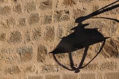La clarté, c'est une juste répartition d'ombres et de lumière... (NUMERIK33) Tags: lumière light marciac ombre shadow mur wall