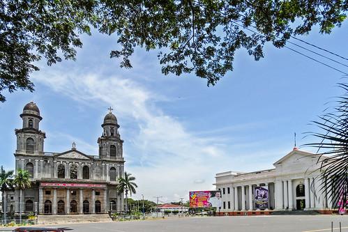 2011-08-27 (12) Alte Kathedrale und Nationalmuseum in Managua (Nicaragua) - Der Platz der Revolution (Plaza de la Revolución) mit der alten Kathedrale und dem Museum Palacio Nacional de la Cultura Nationales Kulturmuseum). 1972 wurde das Zentrum von Manag