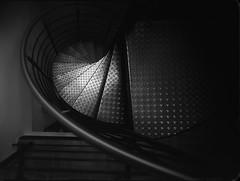 stairway (Jürgen Hegner) Tags: rodinal reisekamera tageslicht schwarzweis ultragon jürgenhegner analog daylight xrayfilm 8x10 blackandwhite bw voigtländerultragon115mm15 18x24cm x