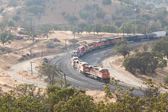 BNSF 7643 leads a train through Tehachapi Loop, 2 (jbp274) Tags: tehachapi tehachapiloop trains rail locomotive bnsf generalelectric ge es44dc burlingtonnorthernsantafe