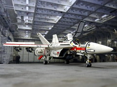 "Macross +++ 1:100 Stonewell/Bellcom VF-1J ""Valkyrie"", aircraft ""105"" of the SVF-1 ""Skull Squadron"", personal mount of Hikaru Ichijoe (modified Arii kit) (dizzyfugu) Tags: anime macross model kit japanimation battroid valkyrie destroid giant robot gerwalk fighter zentraedi transformers oav dizzyfugu modellbau robotech protoculture vf1 walküre hikaru ichijoe zentradi arii 1100 shoji kawamori"