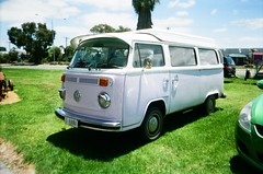 1974 Volkswagen Kombi (Matthew Paul Argall) Tags: volkswagentype2t2 volkswagen vw van kombi hippievan kodakkb10 35mmfilm fixedfocus focusfree classicvehicle kodakultramax400 kodak400 ultramax 400isofilm