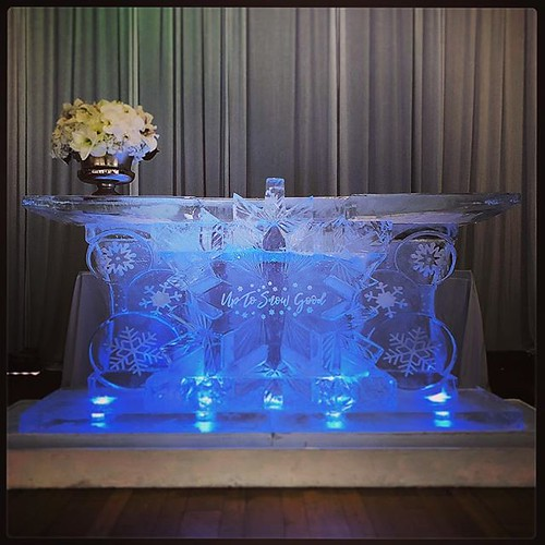 Up to snow good #icebar @southcongresshotel for a winter white holiday Soirée luxe runway show featuring fashions by @jitrois.boutiques.usa and @hursleys #fullspectrumice #custom #icesculpture #thinkoutsidetheblocks #brrriliant - Full Spectrum Ice Sculptu