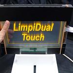 両面タッチ入力可能な透明インタラクティブディスプレイの写真